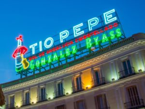 cartel-de-neon-puerta-del-sol-letrero-Tio-Pepe-Madrid-zpubli